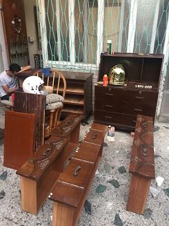 店先のスペースでリペア中のクラシック箪笥