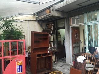 入口のスペースでは家具のリペア