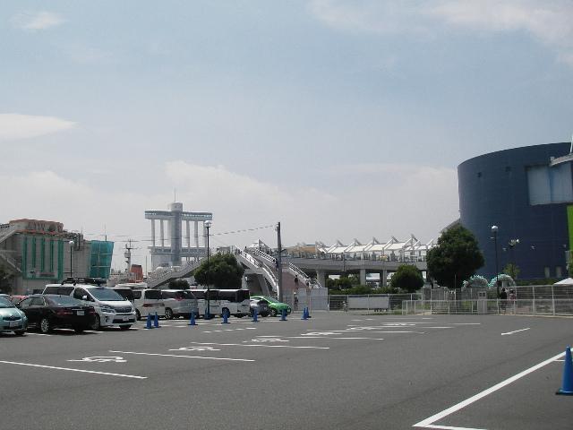 駐車場から名古屋港水族館へ201607