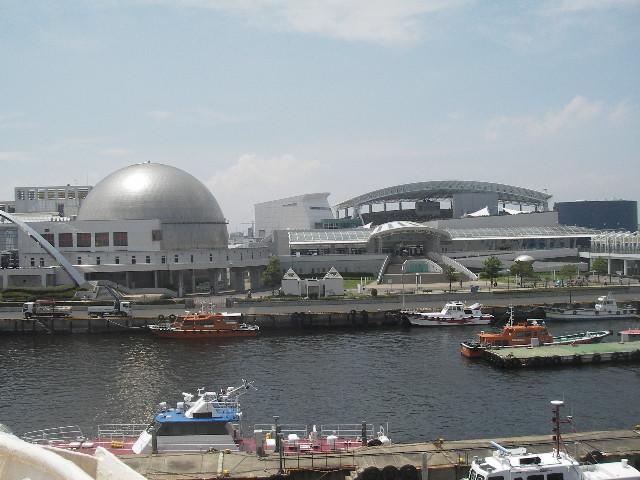 ふじ艦橋内から名古屋港水族館を望む