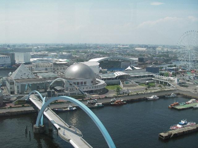 名古屋港ポートビル展望台から名古屋港水族館を見下ろす
