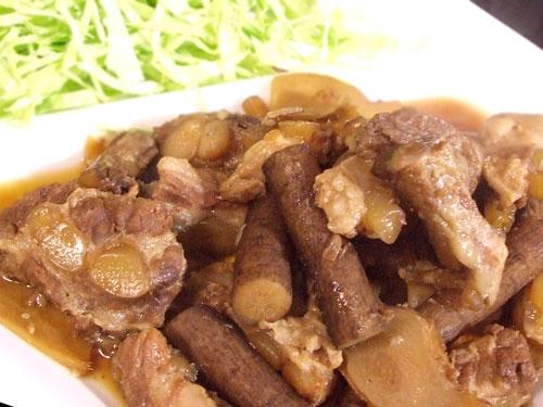 豚軟骨とゴボウの煮物