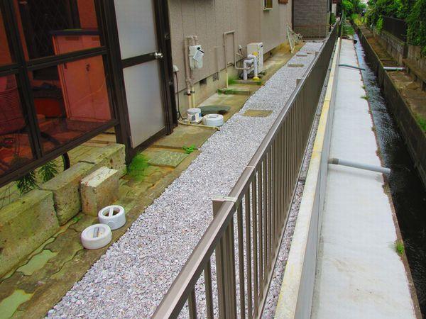 T様邸水路側土入れ、防草シートんと砂利敷完成