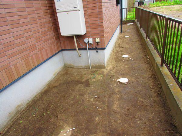 I様施工前裏庭水はけ悪い
