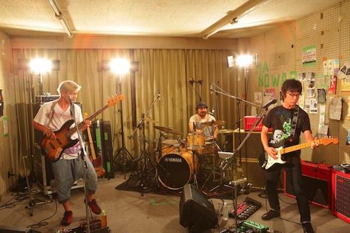 くるりが「初期トリオでライブ配信@バンド結成の場所/立命館大学・音楽サークル「ロックコミューン」部室」