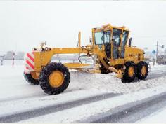 除雪するモーターグレーダー
