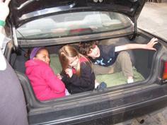 トランク内部に隠れる