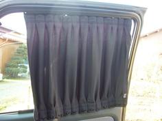 窓に沿ったカーテン