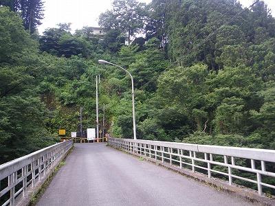 寸庭橋を渡って右へ