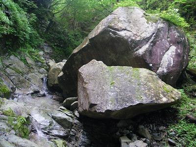 大岩の陰に