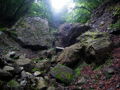 岩の間を突破