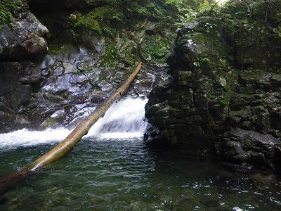 最初の釜のある滝