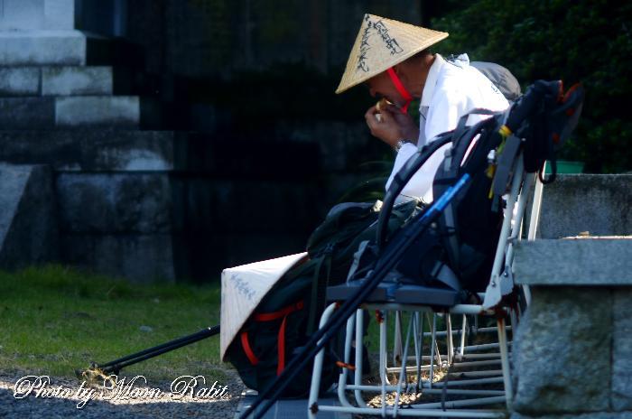 ミカンを食べるお遍路さん 前神寺