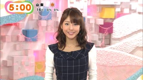 チェック柄の服を着ている岡副麻希