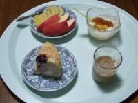 6/16 朝食 りんご、キウイ、豆乳ヨーグルト、北海道牛乳パン、白湯