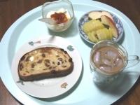 6/18 朝食 レーズンパン、りんご、キウイ、豆乳ヨーグルト、白湯