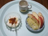 6/19 朝食 りんご、キウイ、豆乳ヨーグルト、白湯