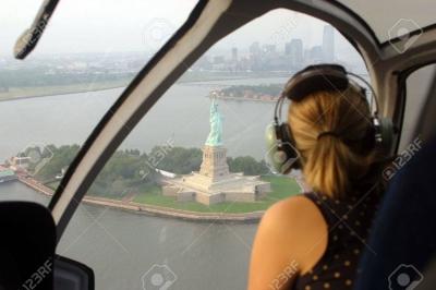 【スゴイ!】橋の下をヘリが飛ぶ・・・映画みたい!