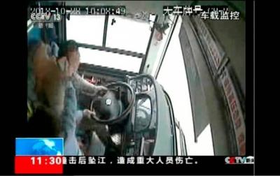 【衝撃!】疑惑!?重慶のバス転落事故って本当に乗客との小競り合いだけ?運転手のハンドル操作に注目したい!