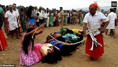 【苦笑】インドの除霊儀式・・・何で女性なの?(観覧注意!)