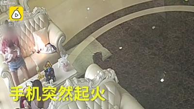 【衝撃!】サムスンのスマホが突然発火・・・赤ちゃんかかえた女性が危険!