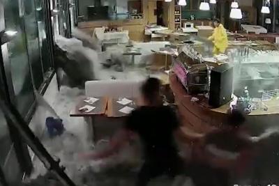 【衝撃!】6メートルの波がイタリアンレストランにに迫る!