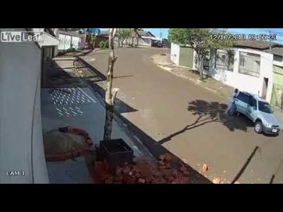 【苦笑】泥棒がサイドブレーキをかけるの忘れて・・・