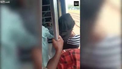 【危機一髪!】18歳の少女が走行中の電車から落ちた!