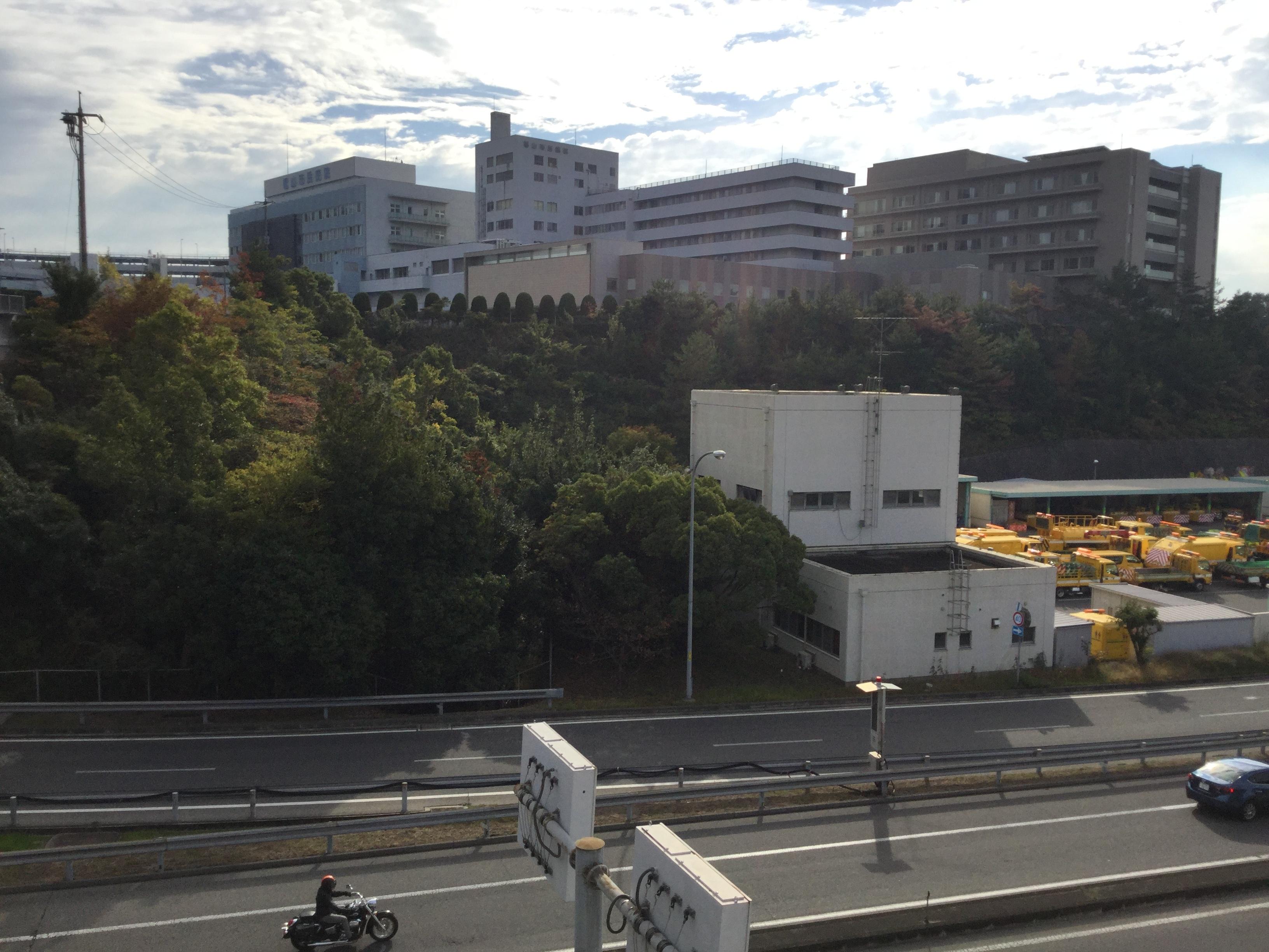 福山市民病院外観と高速道路1