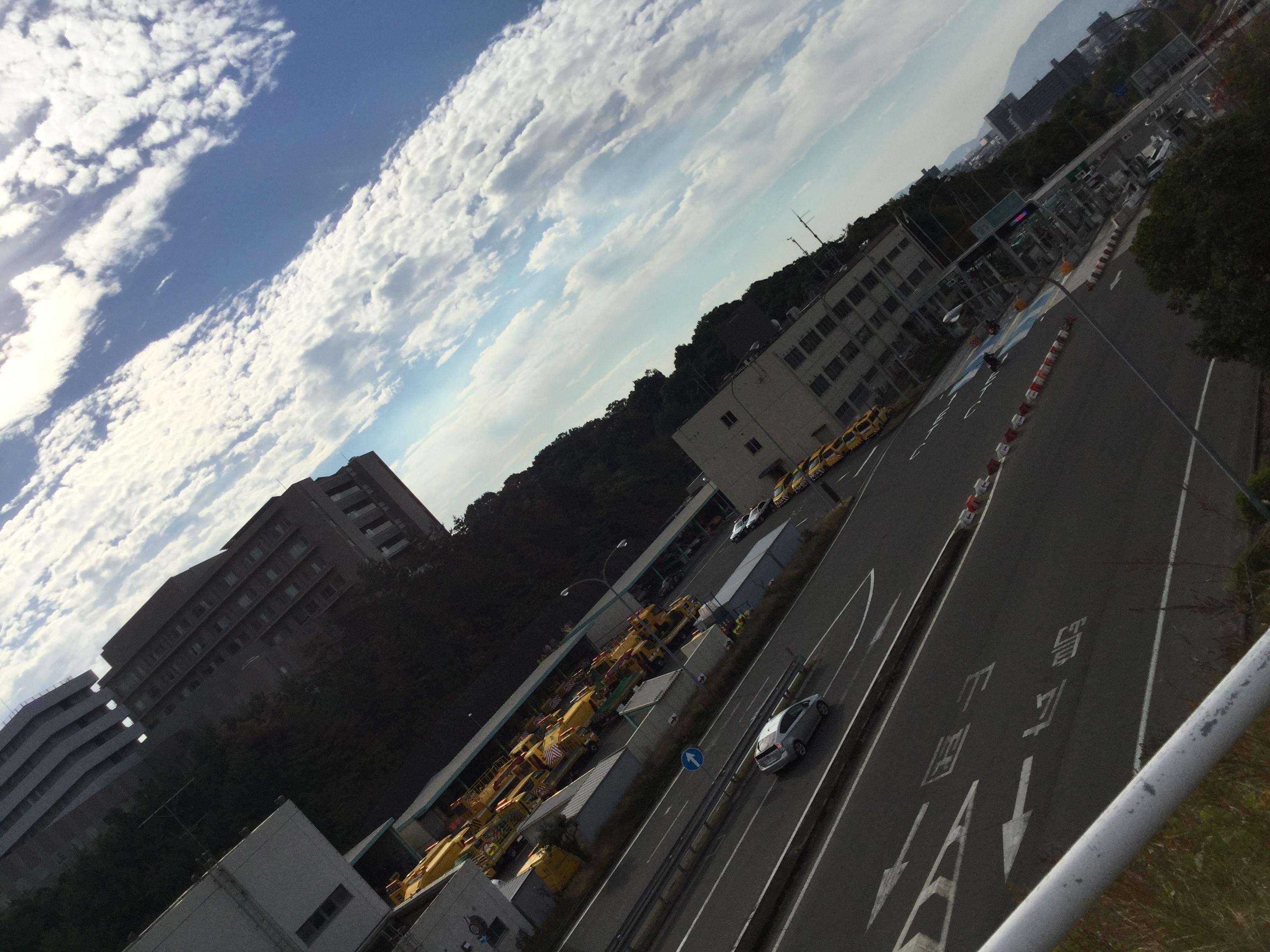 福山市民病院外観と高速道路2
