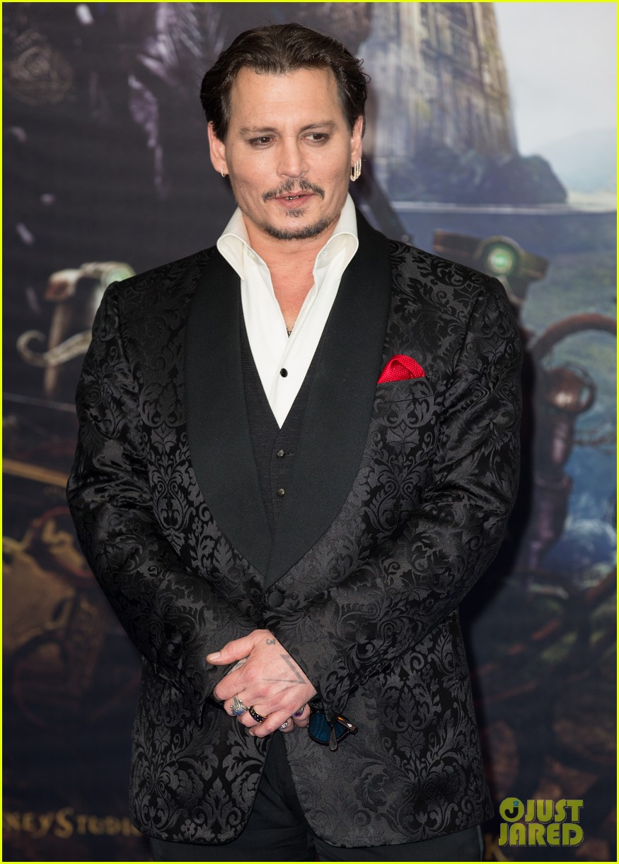 johnny-depp-alice-through-looking-glass-premiere-23.jpg