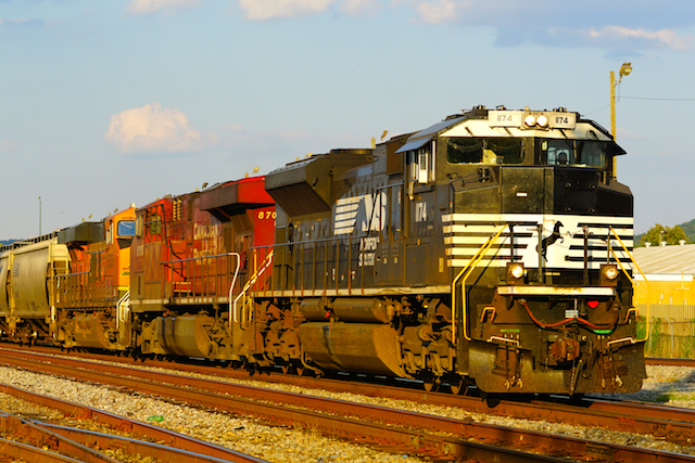 Sep2316 NS CP BNSF train 32th steeet1