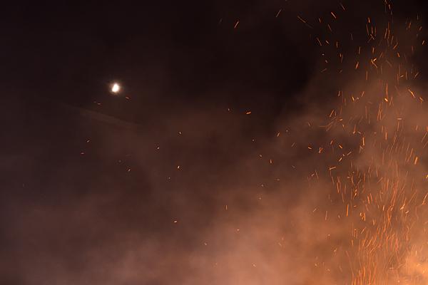 火の粉と半月