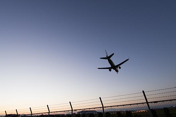 着陸態勢の航空機