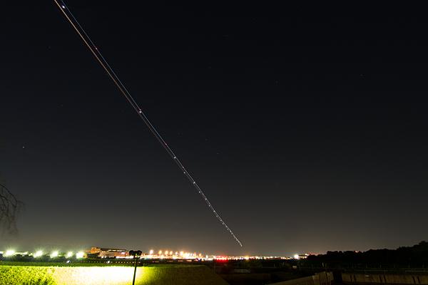 夜の飛行機の光軌跡