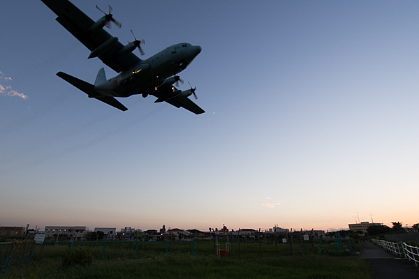 水色の自衛隊機着陸態勢