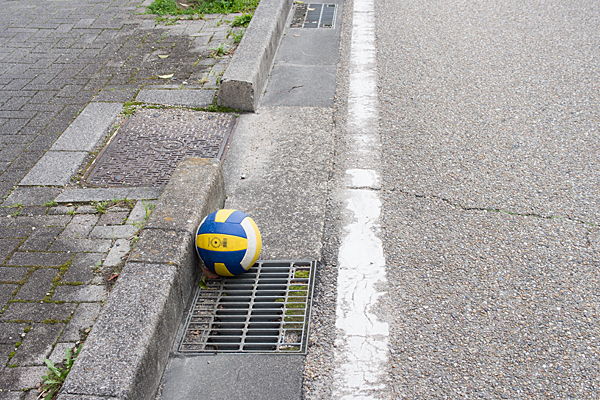 道に落ちているバレーボール
