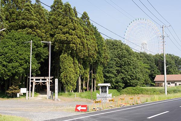 神明社入り口とモリコロの観覧車