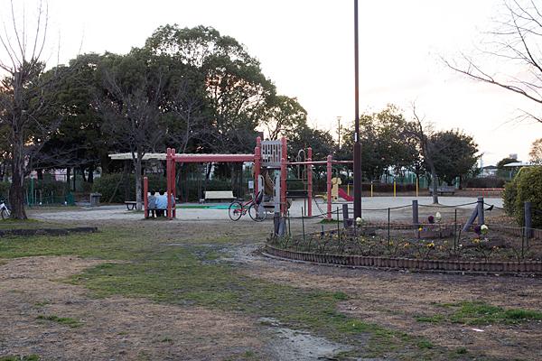 夕方の公園ベンチのふたり