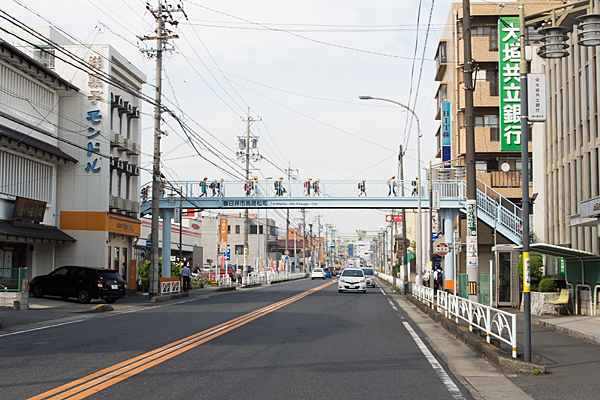 歩道橋と小学生