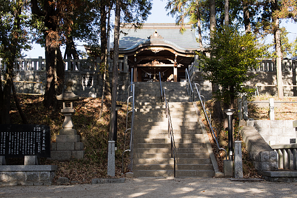拝殿下の広場と階段