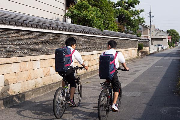 自転車で行くともだちふたり