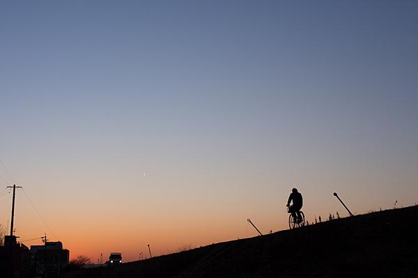 河原の土手夕景
