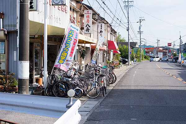 旧街道と自転車屋さん