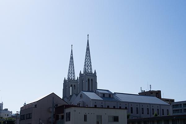 少し離れて見る布池教会