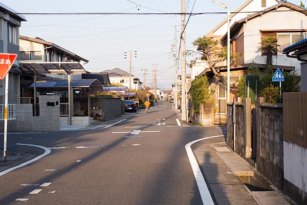 西日の道路と自転車と影