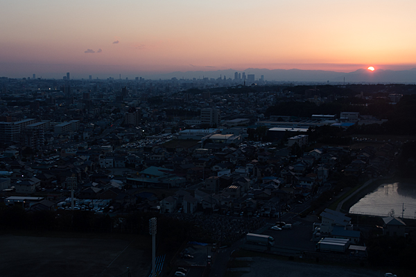 沈む夕陽と尾張旭の町並み
