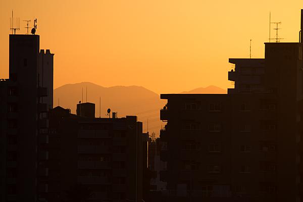 黄昏色の空とビルのシルエット
