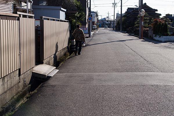 道の端を歩く人