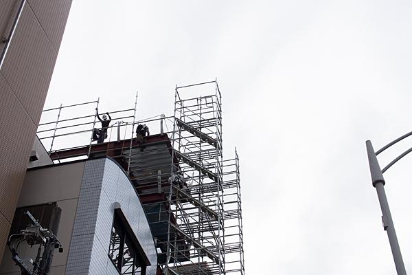 工事現場の高所で作業する職人